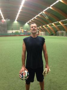 Också en svensk fotbollsmålvakt, på klassisk fotbollsplastmark. Dock extremt hämmad f n v av en avsliten hamstringmuskel.