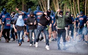 """Polska """"supportrar"""" till Wisla Krakow åkte i somras ned till Rom för att slåss med Laziohuliganer mot Romahuliganer. Och polisen.  Fotot från DN-texten."""