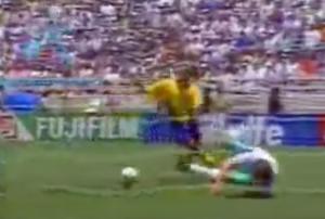 Världens sämsta glidtackling, eller tiderna. Henke Larsson rullar in 3-0 i den 39:e minuten i tomt Bulgariskt mål.