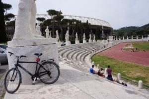 """I bakgrunden """"Olimpico"""". I förgrunden Pietro Menneas marmorstadion och min svarta cykel."""