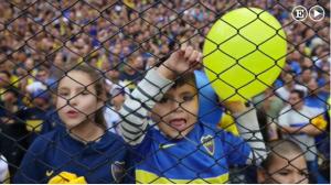 Det finns en annan sida av argentinsk fotboll, bortom våldet och hatet. Kärleken till fotbollen är stor, och högljudd även ur små halsar.