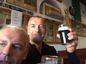 Vad är en pubrunda med vänner i samband med Brentford-Preston eller att se Zlatans londondebut mot Watford nära man kan fira nytt kontrakt med att smutta på en liten Guinness på Celticbaren i Tomelilla med nyfunne vännen och liverpoolsupportern Johnny  och en fullkomligt underbar ispåse från Jenny?