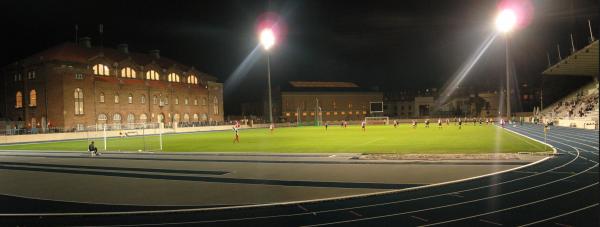 """Till vänster det dansåk """"Idrottshuset"""" där organiserad dansk idrott föddes. I mitten biograf Park, till höger BK Skjølds klubblokal och huvudläktare och öhet om den den väldiga Parken."""